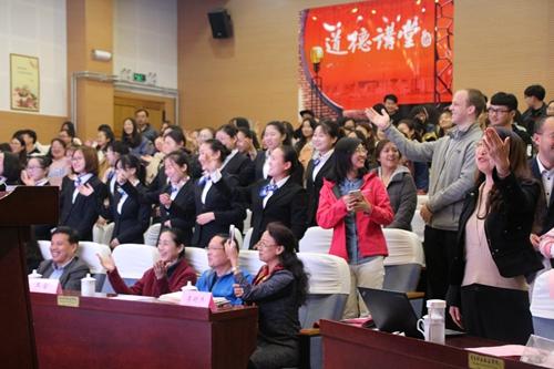 """青岛西海岸新区文联朗诵艺术家协会主席张晓光带领观众作""""朗诵八拍"""""""