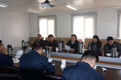 青岛海湾集团董事长李明(左二)介绍公司搬迁发展概况