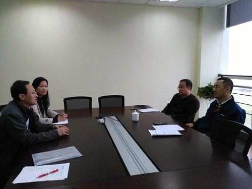 青岛海湾集团副总经理黄虎林,青岛海湾集团人力资源部部长盖玉晓热情