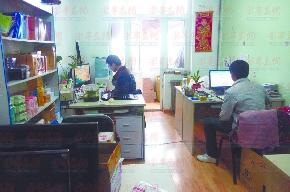 青岛职业技术学院大学生创业孵化基地内的一家企业正在办公.