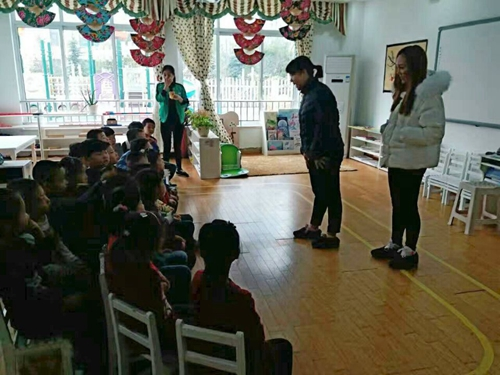 旅游学院幼儿园支教志愿服务团队开展防拐骗知识宣传